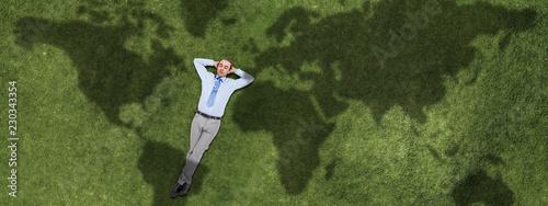 Biznesmen relaksuje na trawie