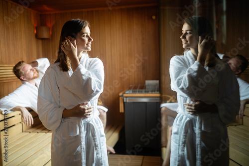 Młoda szczęśliwa para relaksuje wśrodku sauna przy zdroju kurortu luksusu hotelem