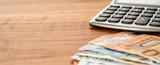 Taschenrechner und Geldscheine mit Textfreiraum - 230391775