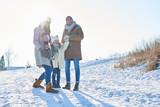 Glückliche Familie im Winterurlaub - 230401190