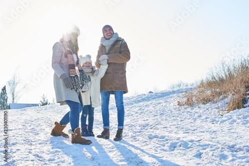 Glückliche Familie im Winterurlaub