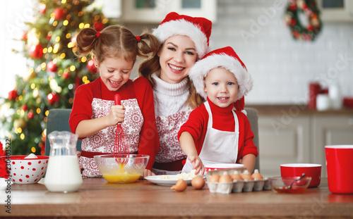 Leinwanddruck Bild happy family bake christmas cookies