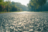 Straße verlassen mit einer Person weit weg nicht erkennbar allein und einsam im Morgenlicht - 230413316