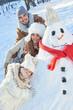 Glückliche Familie spielt mit dem Schneemann - 230431525