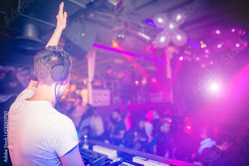Console di un DJ che suona in un locale notturno - 230439161