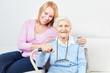 Leinwanddruck Bild - Glückliche Tochter und Seniorin als Mutter
