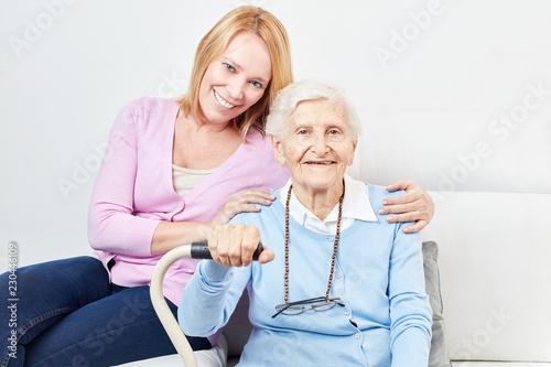 Leinwanddruck Bild Glückliche Tochter und Seniorin als Mutter