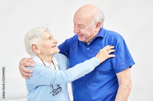 Foto Murales Glückliches Senioren Paar umarmt sich liebevoll