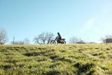 Motocross vintage herbe ciel bleu ride