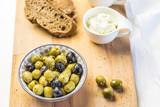 Oliven mit Brot