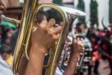 trompeta, instrumento de viento, musica, botones dorados, manos sonido, musica, concierto, indigenas, trajes de manta