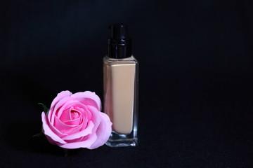 リキッドファンデーションと薔薇(黒背景)