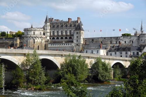 """Leinwanddruck Bild Château Royal d'Amboise surplombe la Loire, """"Château de la Loire"""", un pont en premier plan, département d'Indre-et-Loire, France"""
