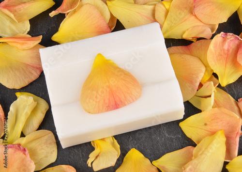 Foto Murales Naturkosmetik und Rosenblätter auf Schiefer