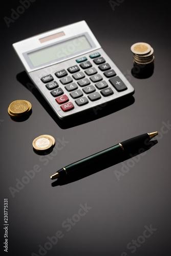 geld mit rechenmaschine - 230775331