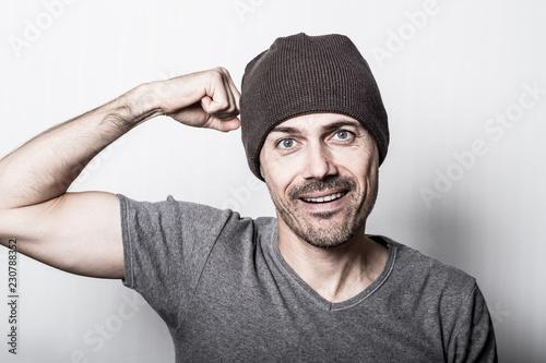Leinwanddruck Bild homme casual portrait gris bonnet confiance force détermination