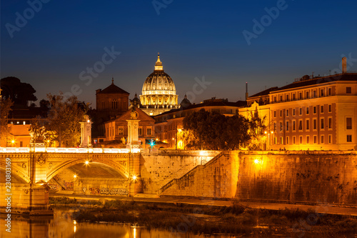 Wgląd nocy Rzymu od Ponte Sant'angelo, Włochy