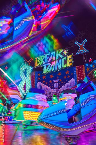 Jahrmarkt bunte Kirmes und Karussell viel Spaß im Park Lunst - 230827197