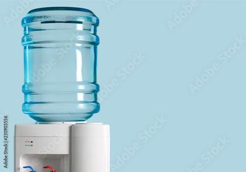 Plastikowa chłodnica wody na tle przyrody