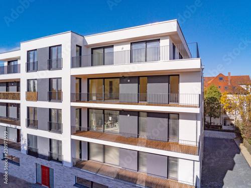 nowoczesny nowy dom z balkonem