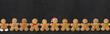 Leinwandbild Motiv Schiefertafel mit Lebkuchenmännchen