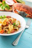 Piatto di pasta con salsa di granchio, cibo mediterraneo - 230985543