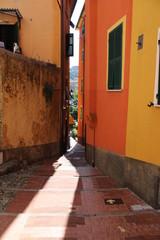 Vicolo stretto assolato tra le case del borgo di Lerici © mauro tombolini
