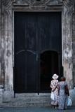 Deux femmes devant une église à Cuba