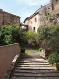 Cotignac dans le Var en Provence verte. Montée du sentier vers les grottes et au chemin des tours