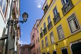 Rue colorée de Libonne en contre plongée - 231045341