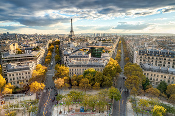 Paris im Herbst mit Blick über die Stadt Skyline und den Eiffelturm © eyetronic