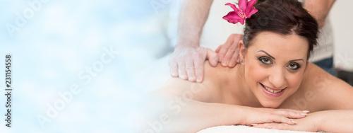 Piękna młoda kobieta coraz masażu