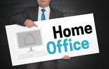 Home Office Plakat wird von Geschäftsmann gehalten - 231233110