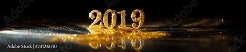 2019 w lśniących złotych monetach świętujących Nowy Rok