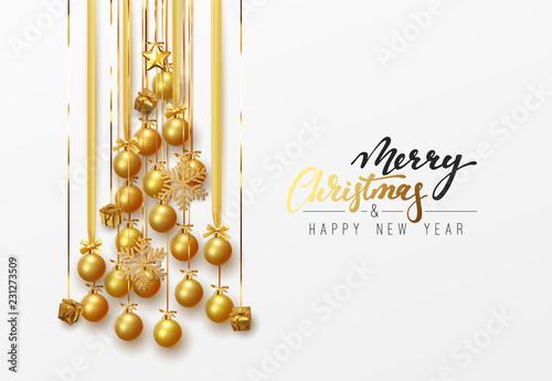 Wesołych Świąt i Szczęśliwego Nowego Roku. Złote bombki wiszące projekt na wstążce, złoty prezent i jasne płatki śniegu w kształcie sosny.