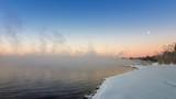 зимний пейзаж на Уральском озере с туманом и снегом на берегу, Россия, январь - 231369930