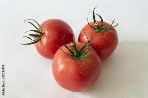 Trzy pomidory na białym tle