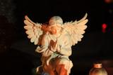 Piękna figurka anioła na grobie w nocy. - 231385732