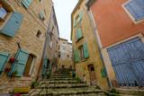 Rue étroite de village de Mane. Alpes de Haute Provence, France.