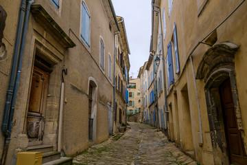 Rue étroite de village de Mane. Alpes de Haute Provence, France. © Marina