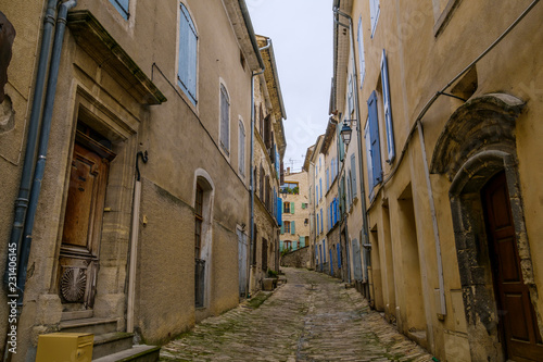 Rue étroite de village de Mane. Alpes de Haute Provence, France. - 231406145