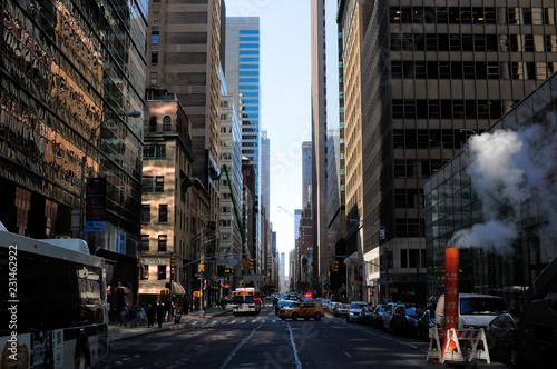 Leinwanddruck Bild rue de New York et cheminée de fumée