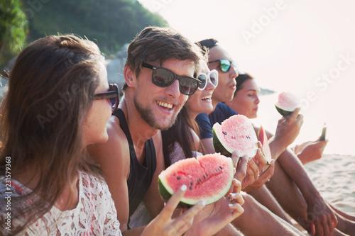 Przyjaciele je arbuza na plaży