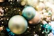 Leinwanddruck Bild - Festlich geschmückter Weihnachtsbaum mit Lichtflecken