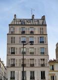Vieil immeuble blanc parisien avec lampadaire - 231657762