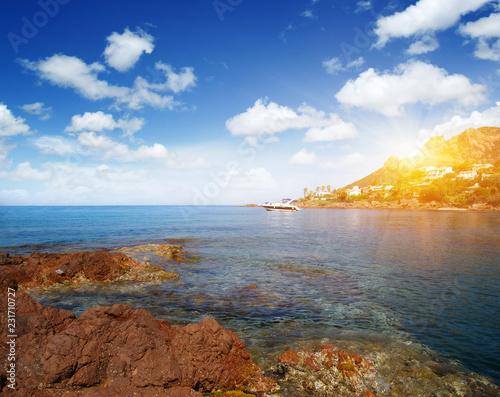 Błękitne morze i słońce na niebie