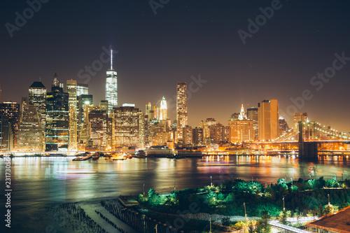 Foto Murales Manhattan and Brooklyn Bridge at night