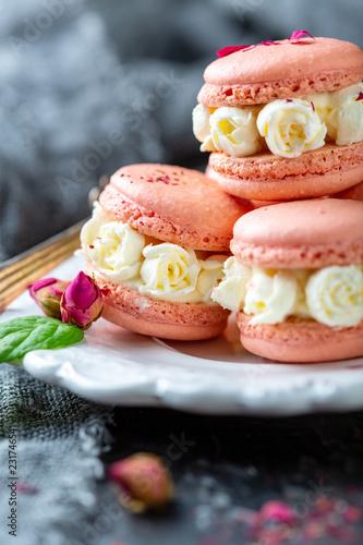 Macarons z kremowymi różami.