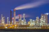 Nowoczesna fabryka chemiczna w nocy