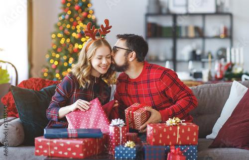 szczęśliwa para otwiera prezenty na Boże Narodzenie rano